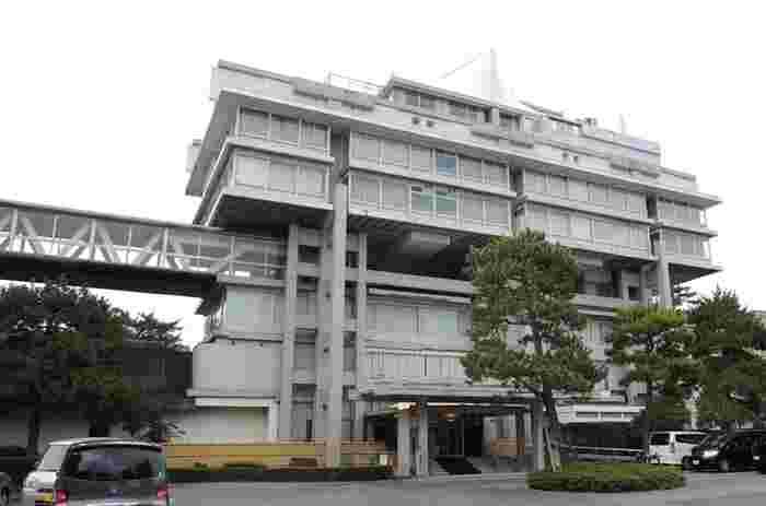 米子エリアの温泉地といえば、だんとつで皆生温泉が有名。  皆生温泉で宿泊するならば、こちらがおすすめしたい宿。「皆生温泉 東光園」は、日本を代表する建築家、菊竹清訓(きくたけ きよのり)氏設計のホテルなんです。メタボリズム建築の立役者であり、その特徴が息づいた、贅沢な建物。  泊まらずとも、建築好きならずとも、写真におさめたい名所的な建物です。