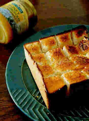 シンプルな材料で、厚切り食パンのおいしさが満喫できるのが、ハニートースト。縦横に2~3本ずつ切れ目を入れ、バターを塗り、こだわりのはちみつをとろりとかけます。ハニーバターのおいしさがじわ~っとしみて絶品です。