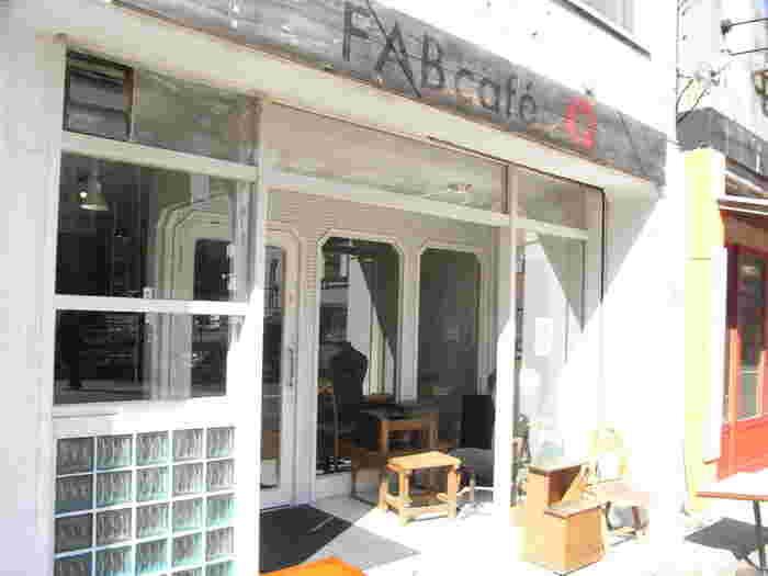 狸小路のはずれにある人気カフェ「FAB cafe(ファブカフェ)」。札幌のカフェブームはここから始まったと言われているほど存在感のあるお店です。