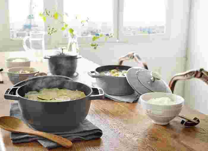 ココットより浅く、ブレイザーソテーパンより深く、和の調理に向けた仕様です。Mサイズ (18cm)とSサイズ (16cm)の2種類。
