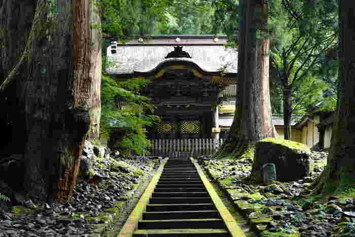 【永平寺】は道元禅師が開いた曹洞宗の大本山。境内には約70の建物が点在しており、見所がたくさんあります。禅寺らしい簡素で厳かなたたずまいは、日本人の胸を打つ静謐さに満ちています。