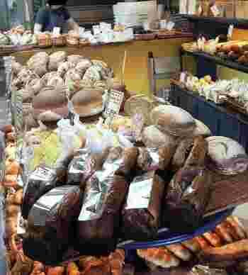 扉を開けると、ずらりと並ぶたくさんのパン! わくわく心が高鳴ります。