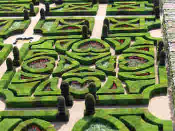 ハートで象られているのがとっても可愛らしいですね。宮殿も庭園も1年中観光することができますがやはりお花が美しい7、8月がおすすめです。