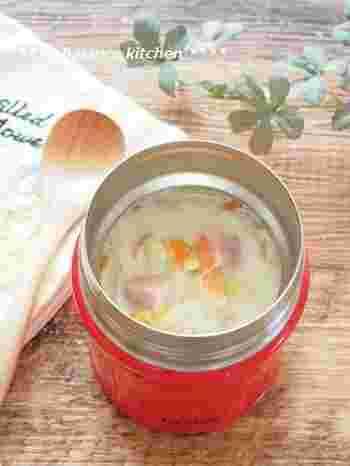 パンにはまろやかな味わいの豆乳スープがよく合います。ヘルシーながら具材にキャベツやベーコンなどを入れているので、旨味が溶け出したコクのある味わいを愉しむ事ができます。パンにつけて食べるのも美味しいですよね。