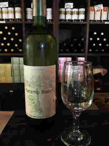 ワインは2階カフェでももちろんいただけますが、1階のワインショップでも試飲が可能です。写真は原茂ワインのスタンダード「ハラモ ブラン」。