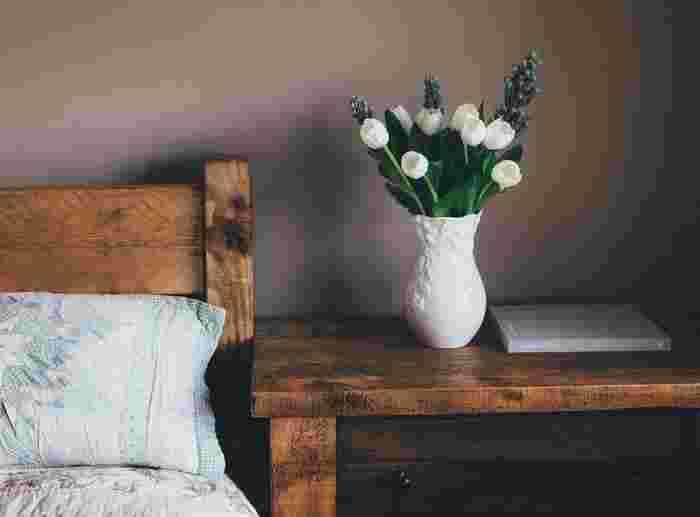 慌ただしい毎日の中で、お家はきちんとほっとリラックスできる空間になっていますか?自分だけのプライベート空間のお家で、食べて寝るだけでは少しもったいないですよね。そんな日々の暮らしに、お花を取り入れてみると一気に暮らしが彩りに満ちあふれます。この記事では、そんなお花を飾りたくなる可愛い花瓶をご紹介します。