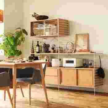シェルフは、細々とした生活雑貨の収納として便利です。 形のバラバラな雑貨も、飾るように収納することで、オシャレなインテリアに。  キッチンが狭い場合、ダイニングにシェルフを置き、炊飯器や電子レンジを置く場所にしても◎ ダイニングテーブルの近くになることで、忙しい朝食時の配膳もスムーズになります。