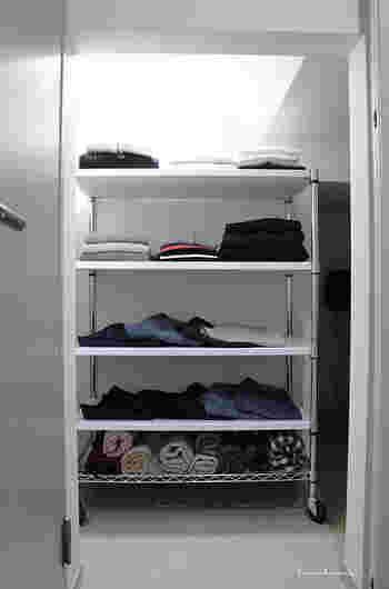 まるでショップのように洗練された収納をしている、Mariさんのクローゼットは階段下に。一目で見渡せる量の衣類しか出さずに、並べ方も工夫しています。