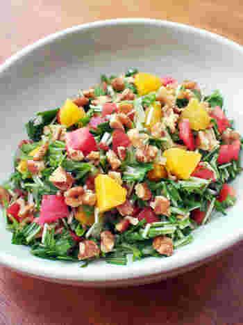 材料を細かく刻んで調味料と和えるだけの簡単サラダ。見た目にもとっても華やかなので、食卓を楽しく彩ってくれそう!水菜からは水分が出やすいので、食べる直前に和えるのがポイントです。