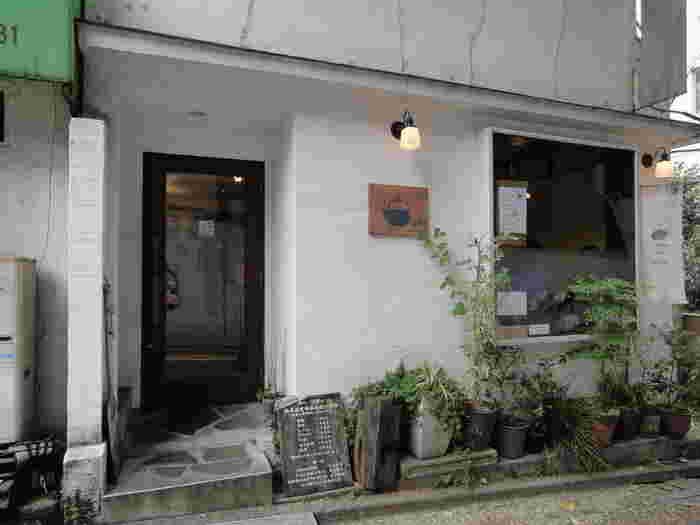 こちらは高田馬場駅から徒歩約8分、西早稲田駅から徒歩3分ほどの住宅街に位置する「茶々工房」。都会の喧騒を忘れた静かな場所になります。明るいなかにも落ち着いた、隠れ家のような雰囲気があります。