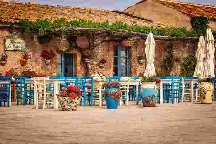 イタリア半島の南西、地中海に浮かぶシチリア島。さまざまな民族に支配された歴史から、食文化も南イタリアにアフリカ・アラブなどがミックスされた独特な雰囲気が。料理の主役は、マグロ・イワシ・アサリなど地中海の豊富な魚介類と、温暖な気候が育む野菜と果物。特産は、ミネラル分いっぱいのトラバーニの塩やトマト・ピスタチオ・オリーブなど。