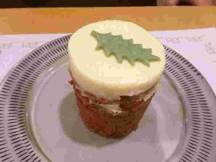 こちらは、名物のキャロットケーキ。生地の1/3にニンジンが使わているんです。スポンジの中に千切りのニンジンやクルミがたっぷり入っていて、ふわふわ&シャキシャキの異なる食感が楽しめます。  アイシングのクリームチーズのコクもケーキと良く合い、食後でもぺろりと食べられる人気の1品です。