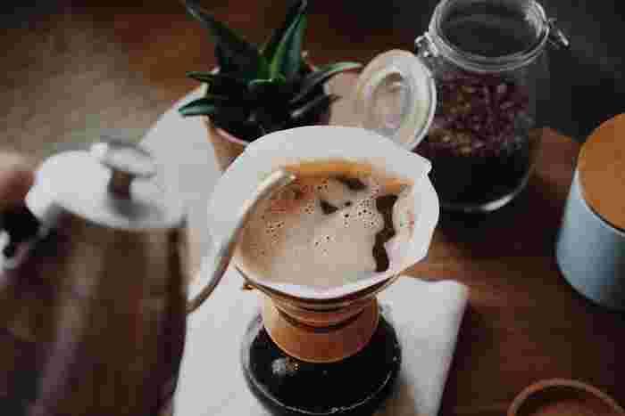 コーヒーを豆から買って、挽いて入れてみる。話しには聞きますが、なかなか自分ではやらないこと。まずはコーヒー屋さんにに行って豆を買うところから、一度やってみませんか?コーヒーの世界も奥が深いものです。知識が広がれば、出会う人や会話の内容もずっと深くなります。