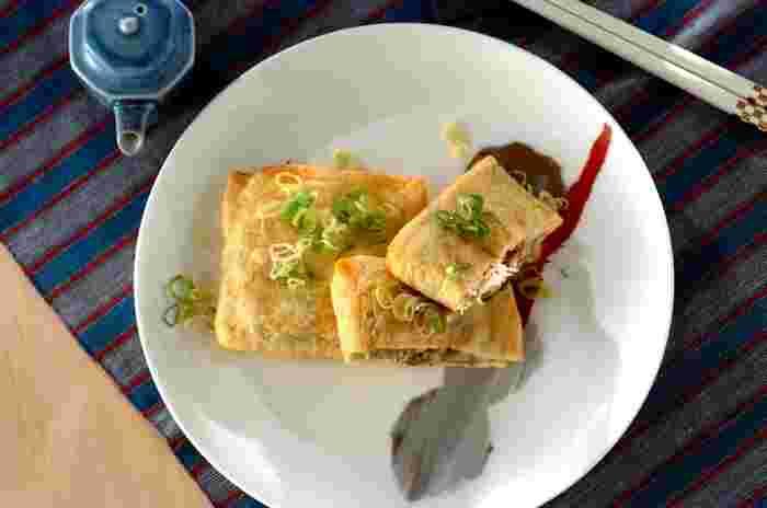 エリンギ、マイタケ、エノキを刻んだもの、そしてツナとチーズを炒めたものを、袋状に開いた油揚げにイン!オーブントースターでこんがりと焼いたら完成の、おつまみにもおかずにもなるレシピです。