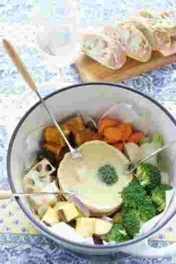 味噌とカマンベールの組み合わせが絶妙なチーズホンデュは、無水調理可能なバーミュキュラ(お鍋)を使って蒸したお野菜を絡めて頂きます。お鍋の中に、チーズ&お野菜を一緒に入れて食卓へ…洗い物も少なくすんで、見た目もとってもお洒落ですね♪