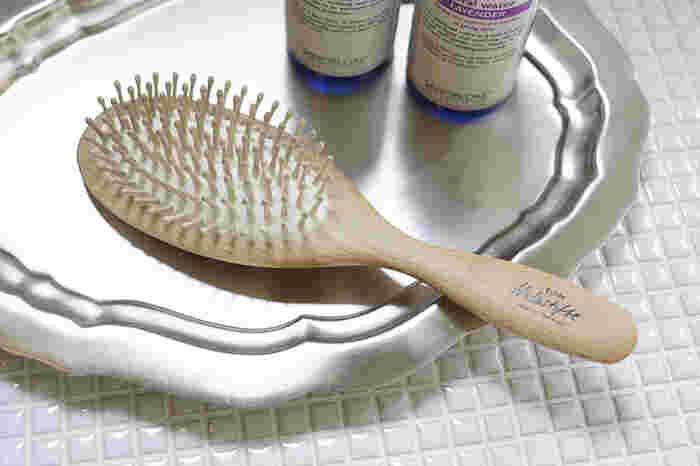 美しく豊かな髪を育てるためには、シャンプー前に「ブラッシング」を行うことも大切です。ブラッシングすることで髪表面についたスタイリング剤や汚れを取り除き、頭皮の皮脂などを浮かせて毛髪環境を清潔にします。洗浄効果が高まるだけではなく、シャンプー前に絡んだ髪をほぐすことで摩擦によるダメージも軽減することができます。また、頭皮を適度に刺激することで血行が良くなり、マッサージ効果や育毛効果など、髪に嬉しい効果が期待できるそうです。