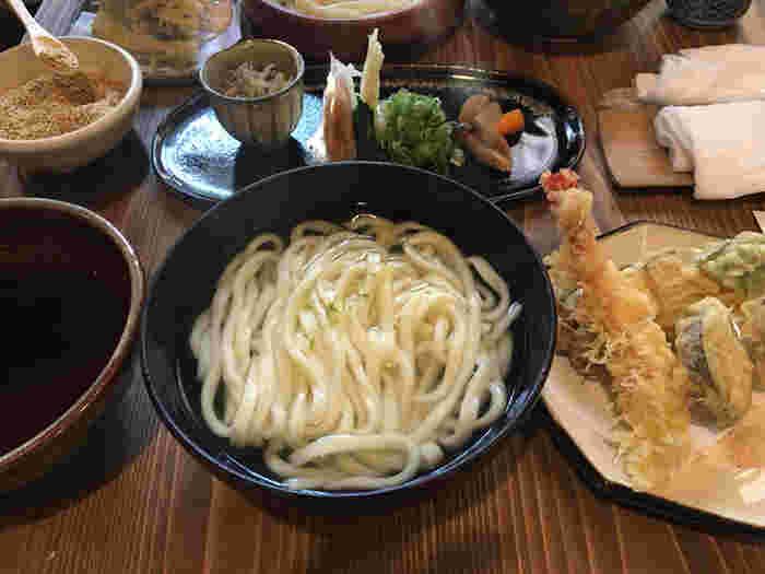 最近では、『年明けうどん』という言葉もありますので、年明けにあたたかいうどんを食べるのはいかがですか?ぜひ食べていただきたいのが、京都に3店舗をかまえる「名代おめん」の名物『おめん』。写真の奥にある、たっぷりの薬味をお好みで加えていただくのが名物で、これが美味しいと大評判!夏は冷たいもの、冬は温かいものをどうぞ。