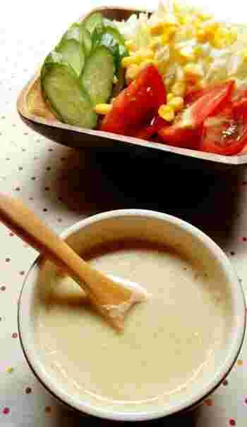 こちらは豆乳を使った、まろやかなごまドレッシングのレシピです。マヨネーズを使わないのでカロリーを抑えつつも、とろみのあるドレッシングになります。