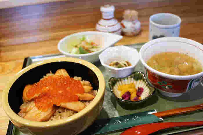 魚介派におすすめなのが、阿武隈川で捕れるれるサケと新米で作られる亘理町・荒浜発祥の郷土料理「はらこ飯」がおすすめ。「あら浜 亘理店」は、漁師だった初代の味を今も守り続ける名店です。ふっくらしっとりした鮭と、ぷちっとやわらかなイクラの組み合わせが絶品で、9月初旬~12月初旬にいただけます。