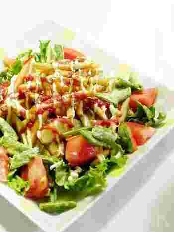 皮付きと細切り、2種のポテトを使ったサラダ風。冷蔵庫に残った野菜で簡単に作れます。じゃがいもはビタミンCなど栄養も豊富ですので、ご飯の代わりにすれば意外とヘルシーかもしれませんね。