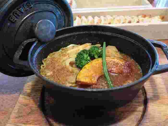 パンの焼き終わった窯でゆっくり煮込まれるココット料理も大人気です。密閉性の鍋で煮込むことにより、お肉がホロホロに。そしてこちらを一日寝かせ、さらにうまみを凝縮させます。