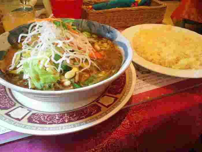 90年代、まだ「スープカレー」という言葉がなかった頃にオープンした「マジックスパイス」。インドネシア料理「ソトアヤム」をヒントに編み出されたスープは、鮮烈なスパイスの香りと複雑な旨味がクセになります。オススメメニューは札幌本店限定、北海道産野菜がたっぷりの「北恵道(ほっけいどう)」。医食同源、食べると元気になるスープカレーです。