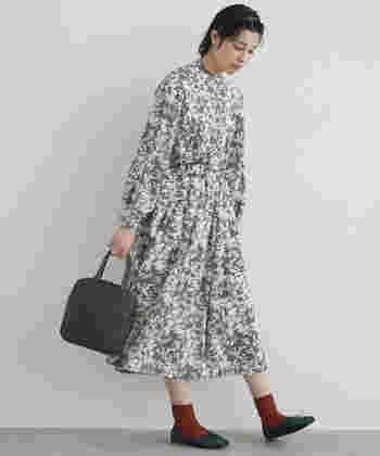 繊細なアラベスク柄が美しいセットアップ。ふわりと揺れる軽やかなスカートやヘアスタイルが、ドキッとするようなガーリーな雰囲気を漂わせています。 華やかな柄なので、足元やバッグには無地のダークカラーを選ぶことでバランス良くまとめていますね。周りの注目を集めること間違いなしの印象的なコーディネートです。