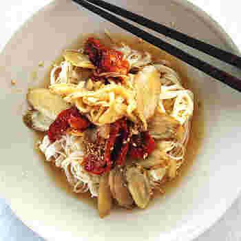 キッチンのどこかに眠っている素麺と乾燥野菜(トマト、ごぼう、玉ねぎ)を使って作るサラダ素麺です。