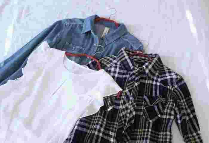 赤の段差があるハンガーはシャツやブラウス用。半円のようなカーブしているハンガーはノーカラーのものや、襟ぐりの広いもの用。それぞれ滑り止め加工もされているので、クローゼットの中で落ちてしまうこともありません。