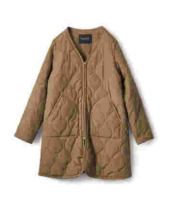 軽量であったかいキルティングコートは、冬に大活躍する普段使いにぴったりのコートです。ノーカラーなので、首元にお気に入りのストールやマフラーを合わせてみてくださいね。