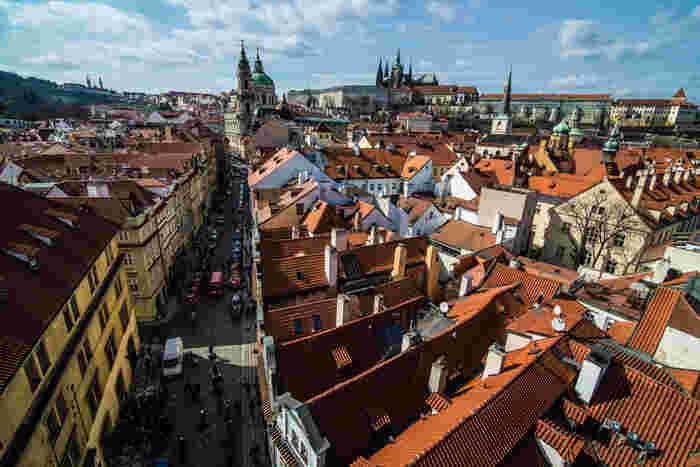 中世そのものの景観が残るプラハの街は、プラハ城を核に宮殿や教会が周辺に集まっています。オレンジ色の屋根を持つ家がとてもかわいらしく、まるで絵本の中に迷い込んだかのような風景。