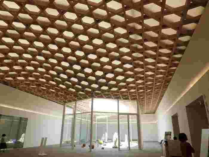 """3階の「ホワイエ」は、竹工芸をイメージした木組の天井、そして床には""""日田石""""が敷き詰められ、大分らしい魅力を感じられるエリアになっています。"""
