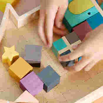さまざまな形を組み合わせて遊ぶ積み木は、子供たちの想像力を育みます。