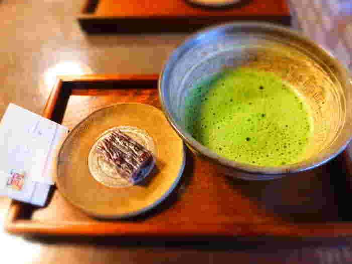 お料理やお抹茶には、250年も湧き続ける美味しい井戸水を使っているとのこと。風情あるお庭を前にいただくお抹茶はさらに格別です。