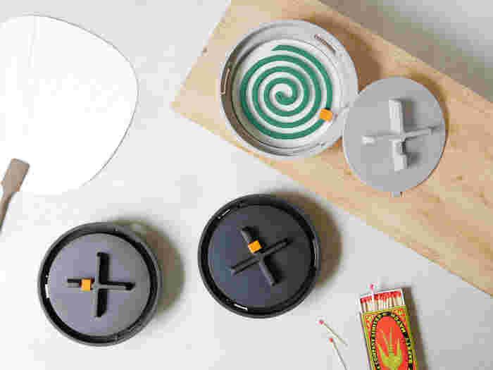 和の空間にも、おしゃれな北欧デザインのお部屋にも馴染みそうな、Manholeの蚊遣り。デザインのアクセントにもなっているオレンジ色のつまみは、実は「火消しタイマー」になっています。蚊取り線香にかぶせるように置くと、その位置で安全に火を消してくれます。