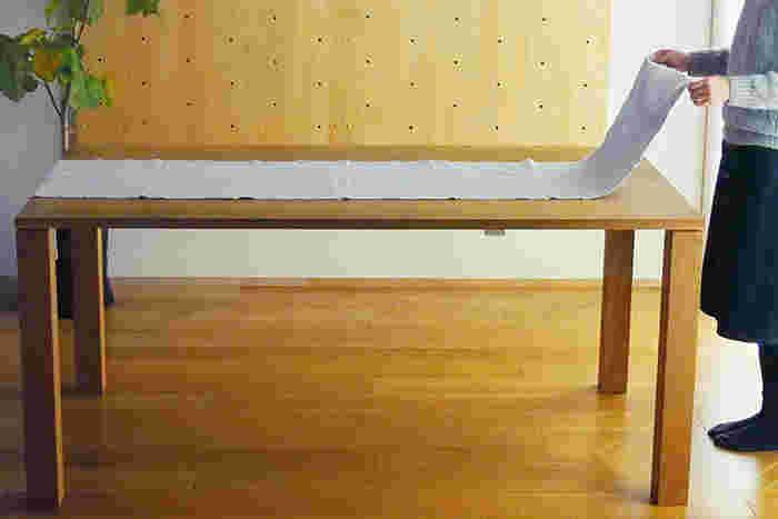 テーブルランナーは、テーブルを装飾するために使われる一枚の布のこと。テーブルクロスのようにテーブル全体を覆うことはなく、テーブルの一部分だけを覆います。テーブルクロスと組み合わせて使ったりすることもあります。