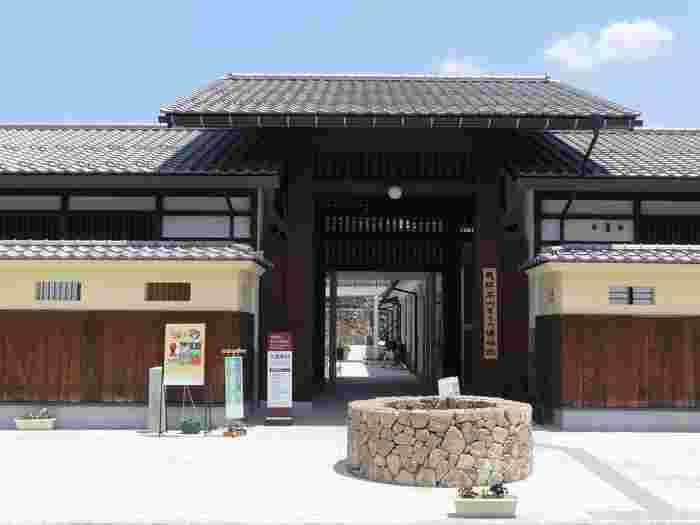 1875年に建てられた檜造りの土蔵がそのまま博物館として開放されている、飛騨高山まちの博物館では、飛騨地方の民俗資料を約75,000点所蔵されています。常時展示されている約900点の所蔵品は、14からなる展示室に、飛騨高山での町屋文化、城下町の成り立ち、高山祭などの伝統文化に関する情報などがテーマ毎に展示されています。
