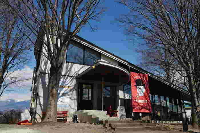 丘の上にある美術館のような外観のお店が「ピッツェリア ジンガラ」は、県内で初!とも言われる本場ナポリピッツァを食べに遠方からわざわざ訪れるファンも多い人気店です。