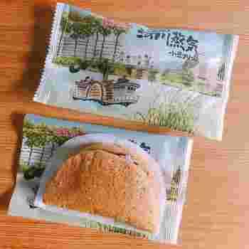 """こちらの「河川蒸気」は一見、どら焼きのように見えますが、黒糖風味の生地を""""蒸して""""あるのがポイントです。ふわっとやわらかい生地にはさまっている餡は、小豆クリーム。国産小豆、沖縄の黒糖、地元の卵と、素材にもこだわり、「新潟の銘菓といえば」と名高い逸品です。 (※画像は「菜菓亭  豊栄本店」の情報から)"""