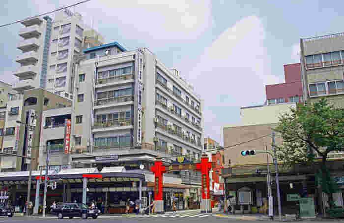 大手町や日本橋へのアクセスが良いため通勤者に人気のあるエリアです。駅を出てすぐ深川不動堂へ続く仲見世があり、江戸情緒の残る和菓子店や江戸小物店など40店舗ほどが軒を連ねています。地域のイベントも多く、下町の人情を感じさせるあたたかさのある町です。
