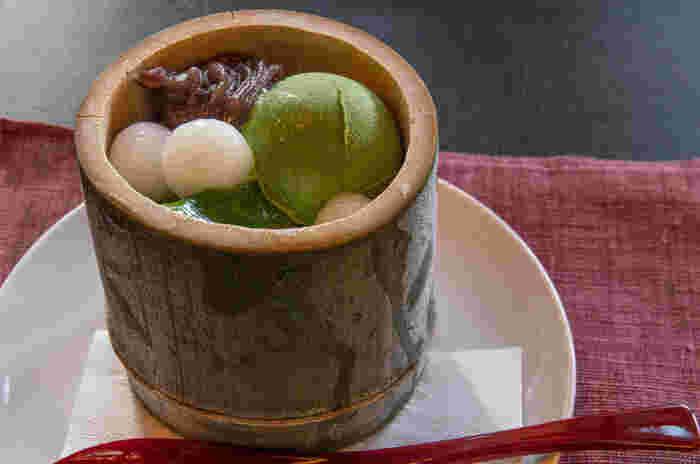 中村藤吉で特に人気が高いのが抹茶スイーツ。こちらの「生茶ゼリィ」は、薄茶や濃茶で頂くような抹茶の風味をそのまま味わえるもの。ゼリィに使われる抹茶は挽き立てのものを使用し、添えられたあずきも抹茶の味わいを活かすように甘さが抑えられています。