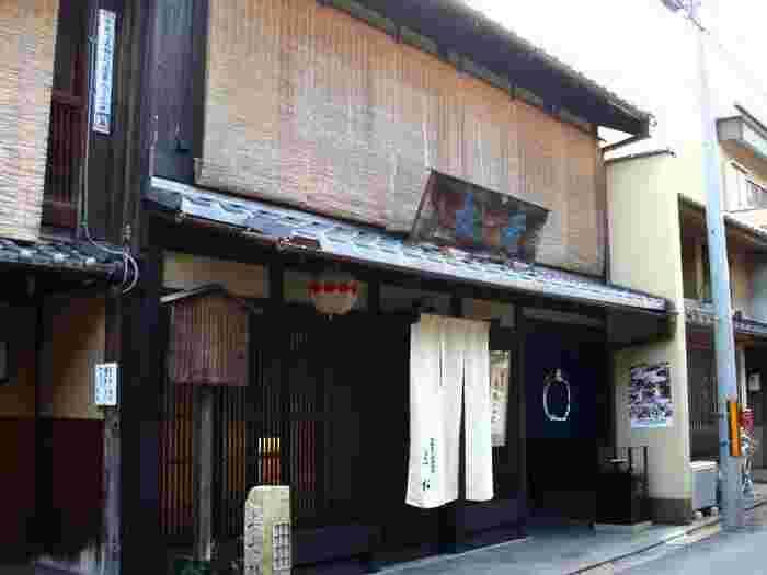 北野天満宮の東門からすぐ近くにある和菓子の老舗「老松」。この辺りは京都最古の花街・上七軒と呼ばれる場所で、長きに渡り愛され続けている名店です。人気のひとつ夏柑糖は、夏ミカン果汁と寒天を混ぜ合わせて夏ミカンの皮に入れ固めた名物のお菓子。その年の夏ミカンの収穫量によって製造数が変わるそうなので、早めに買いに行くのがおすすめです。