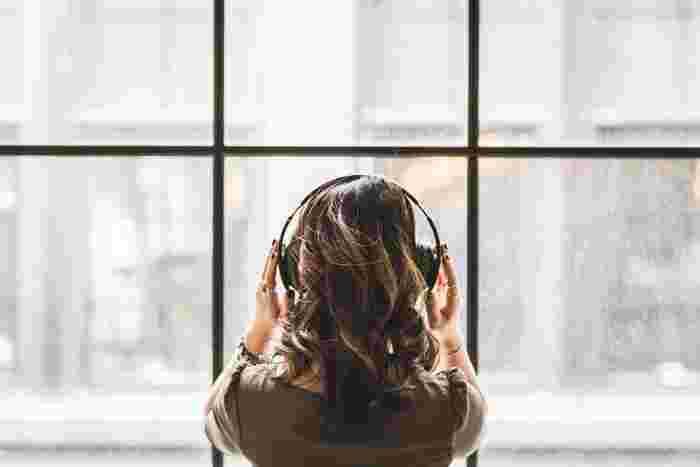 聞いているだけでリラックスできると言われているヒーリングミュージックだけでなく、ロックなどの大きな音で聞くのが気持ちのいい音楽や激しい音楽でも、心が求めるままに聞いてみましょう。聞いたり歌ったりすることで心が軽くなり、気が付いたらすっかり元気になっているかもしれません。