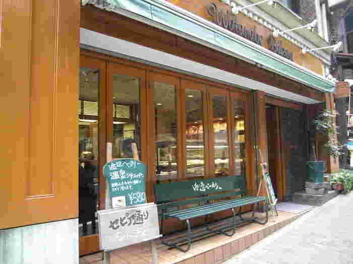 セピア通りに面する「渡邉ベーカリー」は、創業明治24(1891)年の老舗店。『温泉シチューパン』でお馴染みの人気店です。宮ノ下の街並みに溶け込んだ店舗は、食パン型の看板が目印。店内は、小ぢんまりとしながらも、常時4,50種類ものパンが並び、イートインスペースも併設されています。
