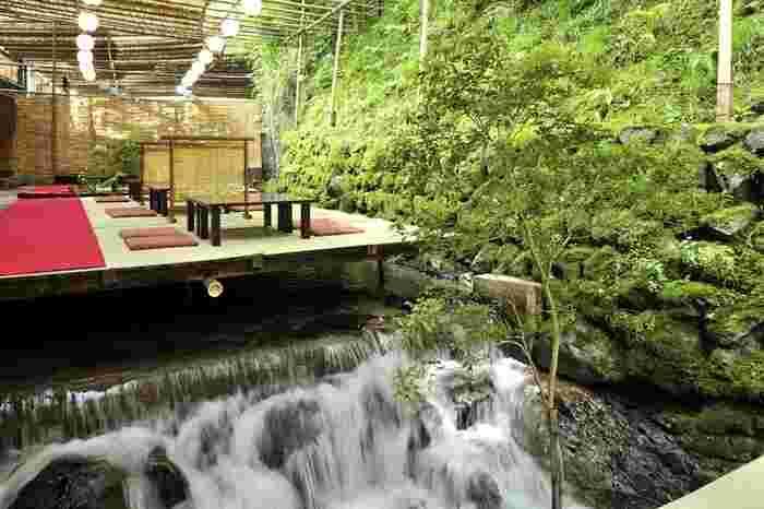 水面ほど近くに設置された川床。川床に腰掛けて、足を川の水につけることもできます。