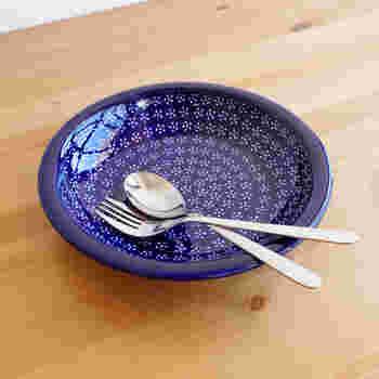 底が浅めの藍色が美しい深皿です。単色になりがちな煮物をきれいに盛り付けすることができますよ。