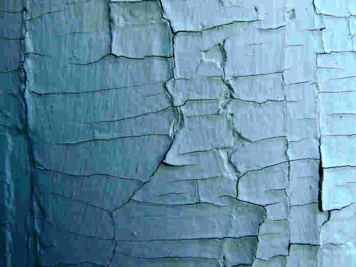 クラックとは、写真のような「ひび割れ」のことを言います。 このひび割れを塗装で再現してしまおう、というのがクラッキング塗装です。