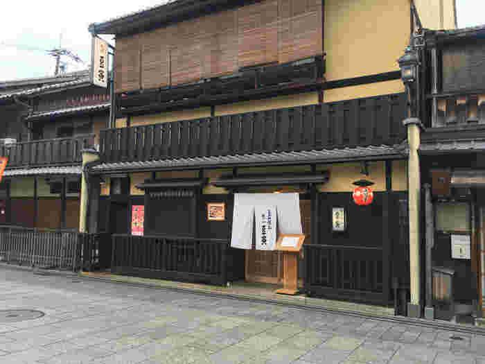 店構えは、祇園らしい町家です。 京都らしさが存分に味わえますね。