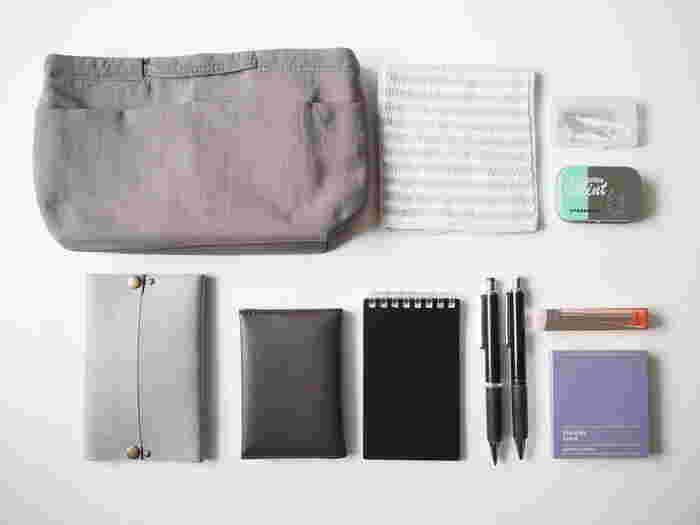 メモ帳・ボールペン・ティッシュ・ハンカチなど、お出かけの時の必需品は何かと細々した物が多いものです。そのままバッグに入れてしまうと中で迷子になりやすく、必要な時にすぐに取り出すことができませんよね。小分けにしながら収納できるバッグインバッグとポーチは、そんな外出時の必需品をまとめておく時に活躍してくれます。