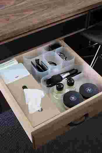デスクの真ん中の引き出しに、ティッシュボックスやメイクブラシ類、細々としたものを無印のケースに収納。
